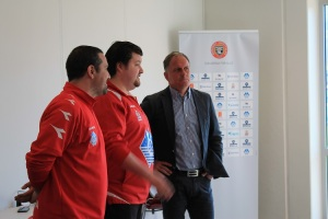 Intervjuer Hugo Vicente og Jan Jønsson foran cupkampen i Fosnavåg.
