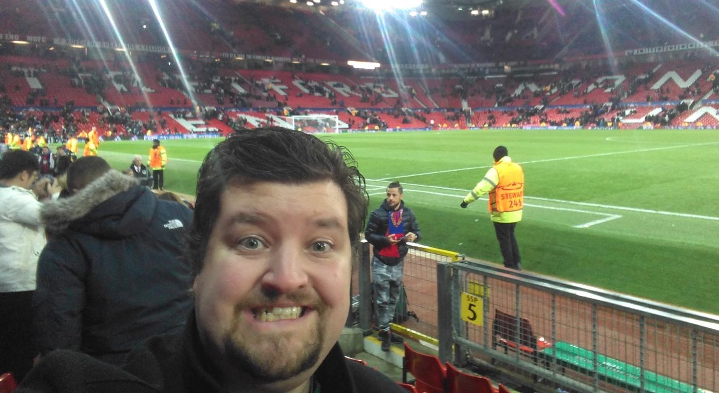 På plass på South Stand på Old Trafford under forrige sesong ein kald Champions League-kamp der hymna ikkje blei spelt grunna hakk i plata!